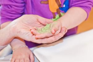 Kinderhand auf Keramik gedruckt