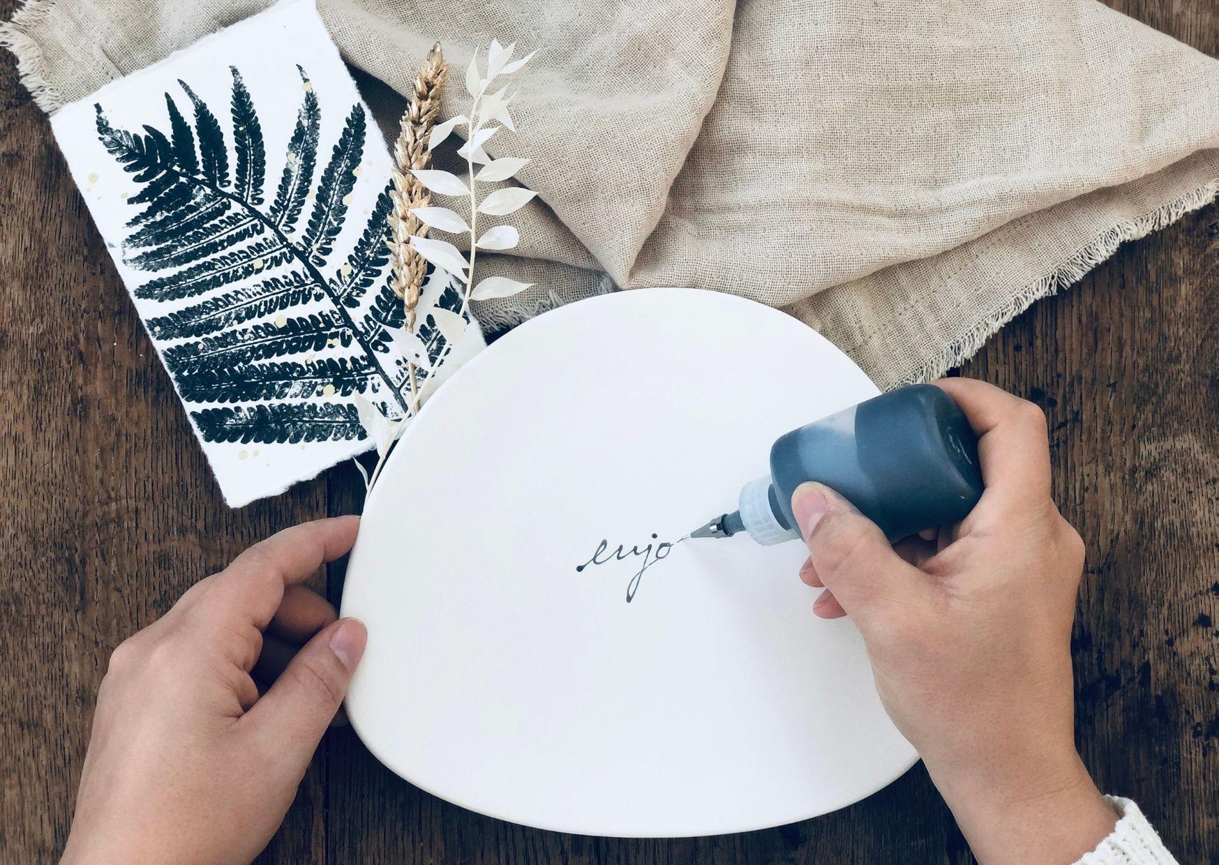 Auf Keramik Teller schreiben mit dem Designerliner