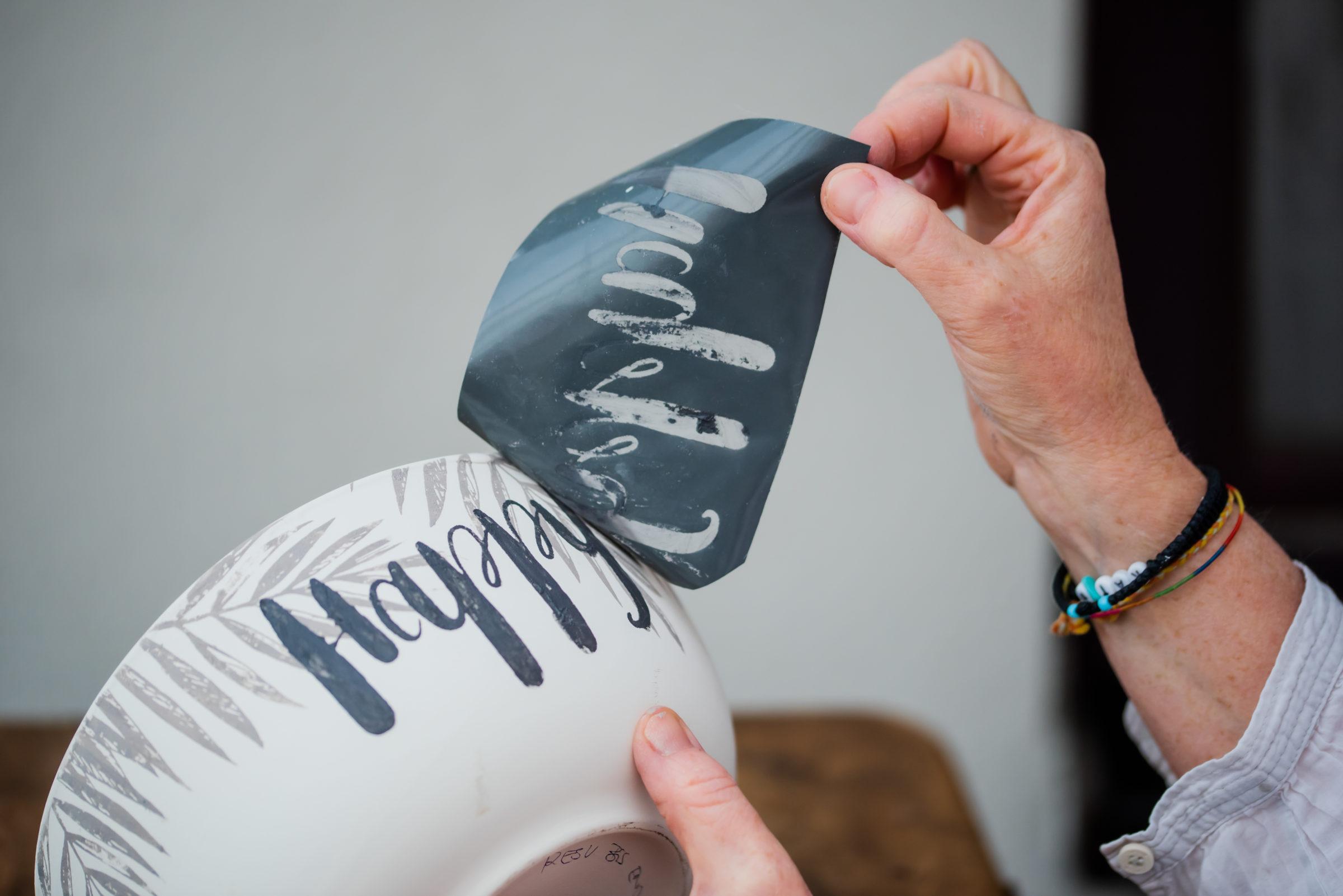 Happy Schriftzug mit Siebdruck auf Keramik Schale