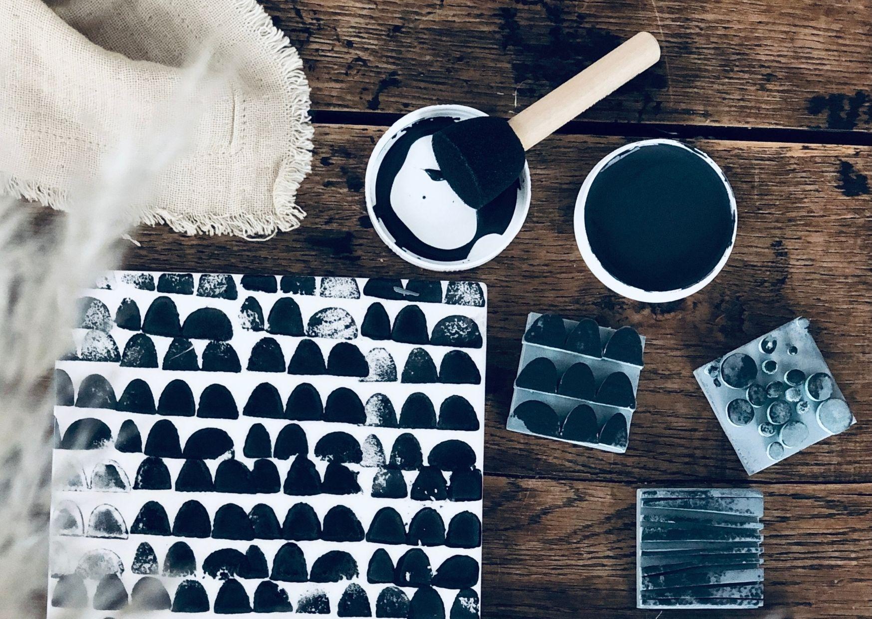 Bestempelte Keramik mit Strukturstempeln in schwarz weiß