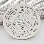 weisse Keramikschale mit original Unterschriften der Gäste