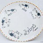 weisser Teller mit Zebras gestaltet aus Fingerabdrücken